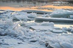 Σπάσιμο πάγου στο ηλιοβασίλεμα στοκ εικόνες