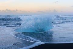 Σπάσιμο πάγου στο μαύρο seacoast παραλιών άμμου ορίζοντα Στοκ εικόνα με δικαίωμα ελεύθερης χρήσης