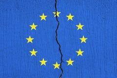 Σπάσιμο σημαιών της ΕΕ χώρια, ραγισμένη σημαία της Ευρωπαϊκής Ένωσης απεικόνιση αποθεμάτων
