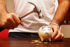 Σπάσιμο της piggy τράπεζας στοκ φωτογραφία