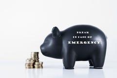 Σπάσιμο τράπεζας Piggy σε περίπτωση έκτακτης ανάγκης Στοκ Εικόνες