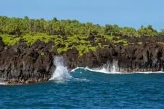 Σπάσιμο των κυμάτων στη Hana Maui Χαβάη Στοκ εικόνα με δικαίωμα ελεύθερης χρήσης