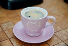 Σπάσιμο Coffe - καλή ρόδινη κούπα με την άσπρη καρδιά και φρέσκο ιταλικό coffe στο κεραμικό υπόβαθρο επιφάνειας με το bokeh, άποψ Στοκ Φωτογραφίες
