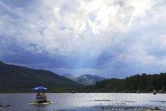 Σπάσιμο Sunrays μέσω των σύννεφων θύελλας Στοκ Εικόνα