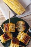 Σπάδικες καλαμποκιού που μαγειρεύονται σε μια σχάρα Στοκ εικόνες με δικαίωμα ελεύθερης χρήσης