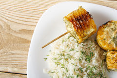 Σπάδικες καλαμποκιού που μαγειρεύονται σε μια σχάρα Στοκ Φωτογραφία