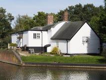 Σπίτια από το κανάλι στοκ εικόνα με δικαίωμα ελεύθερης χρήσης