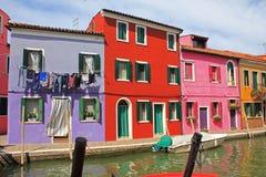 Σπίτια από το κανάλι, Burano Στοκ φωτογραφία με δικαίωμα ελεύθερης χρήσης