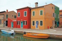 Σπίτια από το κανάλι, Burano, Βενετία, Ιταλία Στοκ εικόνα με δικαίωμα ελεύθερης χρήσης