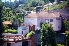 Σπίτια από το τελεφερίκ που τρέχει από τη θάλασσα - επίπεδο στο Φουνκάλ σε Monte υψηλό επάνω από την πόλη στο νησί της Μαδέρας Πο Στοκ εικόνες με δικαίωμα ελεύθερης χρήσης