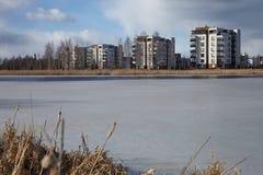 Σπίτια διαμερισμάτων από τη λίμνη Στοκ Εικόνα