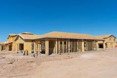 Σπίτια κάτω από την κατασκευή σε μια νέα ανάπτυξη στοκ εικόνες με δικαίωμα ελεύθερης χρήσης