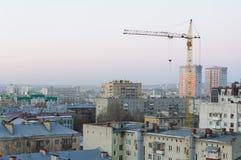 Σπίτια και ένας γερανός στην πόλη του Σαράτοβ Στοκ εικόνες με δικαίωμα ελεύθερης χρήσης