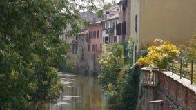 Σπίτια και ένωση μπαλκονιών επάνω από τον ποταμό του Ρίο Sottoriva σε Mantua απόθεμα βίντεο