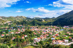 Σπίτια και βουνά σε Cetinje Μαυροβούνιο στοκ φωτογραφίες με δικαίωμα ελεύθερης χρήσης