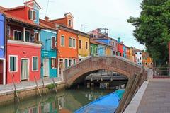 Σπίτια και γέφυρα, Burano, Βενετία, Ιταλία Στοκ φωτογραφία με δικαίωμα ελεύθερης χρήσης