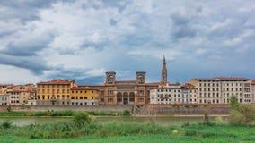 Σπίτια και εθνική κεντρική βιβλιοθήκη της Φλωρεντίας πέρα από τον ποταμό Arno μέσα στοκ φωτογραφίες