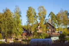 Σπίτια και εξοχικά σπίτια πολυτέλειας στο προσδίδον γόητρο χωριό εξοχικών σπιτιών Στοκ εικόνες με δικαίωμα ελεύθερης χρήσης