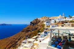 Σπίτια και εστιατόρια στην πόλη Fira - νησί Santorini Ελλάδα Στοκ εικόνα με δικαίωμα ελεύθερης χρήσης