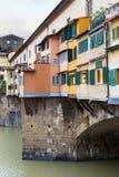 Σπίτια και διάδρομος Vasari στο vecchio ponte Στοκ φωτογραφία με δικαίωμα ελεύθερης χρήσης