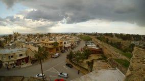 Σπίτια και ναοί Famagusta από το ύψος του τοίχου φρουρίων, Varosha στην απόσταση απόθεμα βίντεο