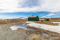 Σπίτια και παγωμένη λίμνη Στοκ εικόνα με δικαίωμα ελεύθερης χρήσης