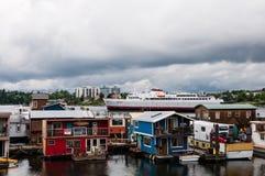 Σπίτια και σκάφος επιπλεόντων σωμάτων αποβαθρών ψαρά Στοκ εικόνα με δικαίωμα ελεύθερης χρήσης