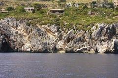Σπίτια και σκαλοπάτι στη θάλασσα Zingaro dello Riserva r r Εθνικός Zingaro πάρκων στοκ φωτογραφίες με δικαίωμα ελεύθερης χρήσης