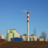 Σπίτια και δωμάτιο λεβήτων με μια καπνοδόχο Στοκ Φωτογραφίες
