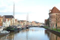 Σπίτια καναλιών και ντεμοντέ βάρκες σε Thorbeckegracht σε Zwolle Στοκ Φωτογραφία