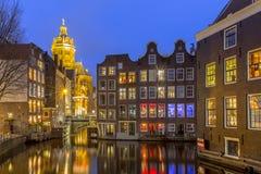 Σπίτια καναλιών προκυμαιών στο λυκόφως Άμστερνταμ Στοκ Εικόνες