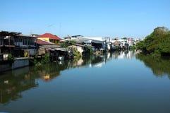 Σπίτια κατά μήκος του καναλιού στην Ταϊλάνδη Στοκ Φωτογραφίες