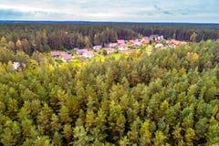 Σπίτια κατά τη δασική εναέρια άποψη Στοκ Εικόνες