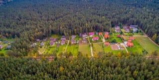 Σπίτια κατά τη δασική εναέρια άποψη Στοκ Φωτογραφία