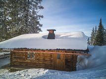 Σπίτια κούτσουρων διακοπών βουνών στο χιονοδρομικό κέντρο Χειμερινή χώρα των θαυμάτων Στοκ φωτογραφίες με δικαίωμα ελεύθερης χρήσης