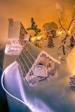 σπίτια μελοψωμάτων σε έναν αναδρομικά φωτισμένο πίνακα στοκ φωτογραφίες