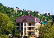 Σπίτια μεταξύ των πράσινων βουνών στοκ εικόνες
