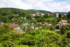 Σπίτια μεταξύ των πράσινων βουνών στοκ φωτογραφία με δικαίωμα ελεύθερης χρήσης