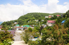 Σπίτια μεταξύ των πράσινων βουνών στοκ εικόνες με δικαίωμα ελεύθερης χρήσης