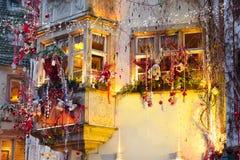 Σπίτια με τη διακόσμηση Χριστουγέννων τη νύχτα στοκ φωτογραφία