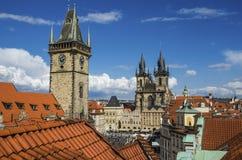Σπίτια με τις παραδοσιακές κόκκινες στέγες στην παλαιά πλατεία της πόλης της Πράγας στη Δημοκρατία της Τσεχίας Στοκ Φωτογραφία
