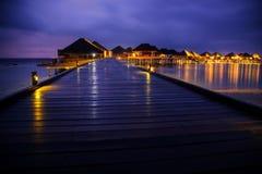 Σπίτια μπανγκαλόου νερού στο ηλιοβασίλεμα, τροπικό τοπίο Στοκ φωτογραφίες με δικαίωμα ελεύθερης χρήσης