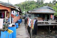 Σπίτια ξυλοποδάρων ενός ψαροχώρι, Sarawak, Μπόρνεο, Μαλαισία, Ασία στοκ εικόνες