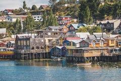 Σπίτια ξυλοποδάρων Palafitos Gamboa - Castro, νησί Chiloe, Χιλή στοκ φωτογραφίες