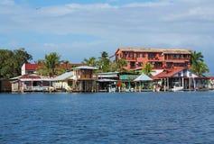 Σπίτια πέρα από το νερό με τις βάρκες σε Bocas del Toro Στοκ Εικόνες
