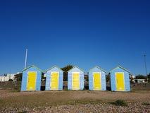 Σπίτια παραλιών τη φωτεινή θερινή ημέρα στην περιοχή της νότιας Αγγλίας Στοκ Εικόνες