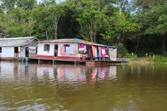 Σπίτια ποταμών του Αμαζονίου σε Amazonas, Βραζιλία Στοκ Εικόνες