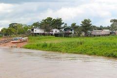 Σπίτια ποταμών του Αμαζονίου στα ξυλοπόδαρα σε Amazonas, Βραζιλία Στοκ Εικόνα