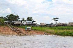 Σπίτια ποταμών του Αμαζονίου στα ξυλοπόδαρα σε Amazonas, Βραζιλία Στοκ εικόνα με δικαίωμα ελεύθερης χρήσης