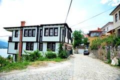 Σπίτια που αγνοούν τη λίμνη Οχρίδα, Μακεδονία στοκ εικόνα